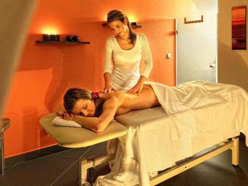 skritaya-kamera-eroticheskom-salone-massazha